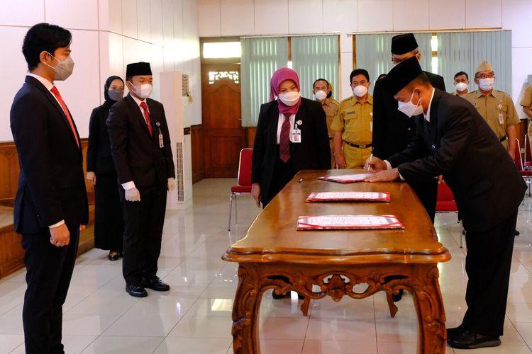 Wali Kota Solo, Gibran Rakabuming Raka saat melantikan pejabat baru di Bale Tawangarum Kompleks Balai Kota Solo, Jawa Tengah, Senin (2/8/2021).