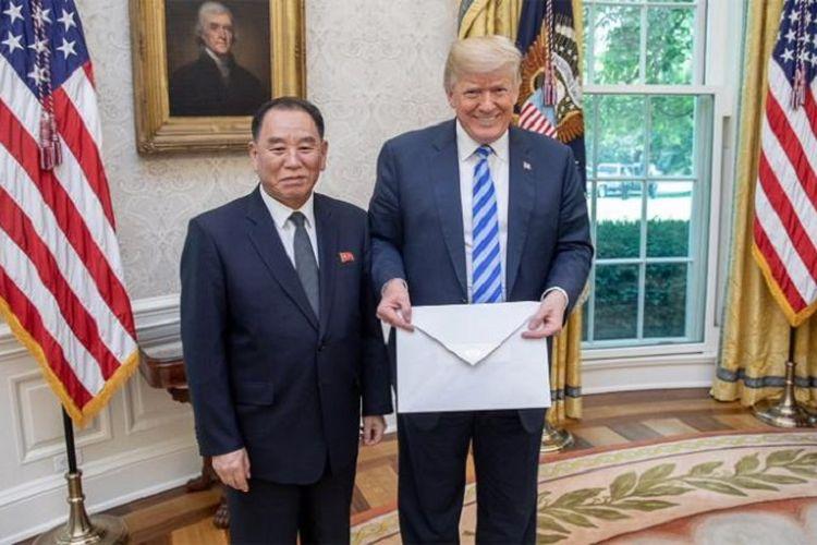Presiden Amerika Serikat Donald Trump (kanan) ketika menerima amplop raksasa yang diyakini berisi surat Pemimpin Korea Utara Kim Jong Un dari utusan sekaligus tangan kanan Kim, Kim Yong Chol, di Gedung Putih, Jumat (1/6/2018).