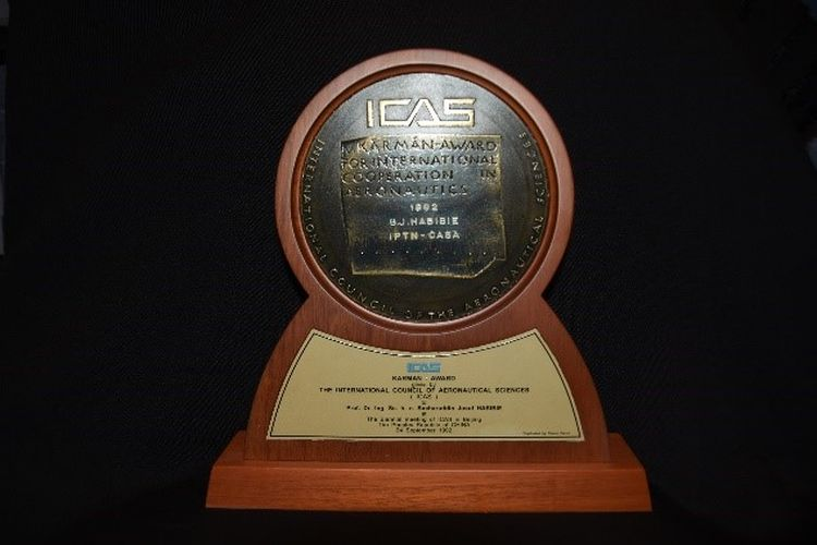 Medali Von Karman Award ICAS 1992: Penghargaan ini diberikan kepada Presiden B.J. Habibie oleh International Council of The Aeronautical Science (ICAO) pada tahun 1992 sebagai tanda jasanya dalam dunia penerbangan.