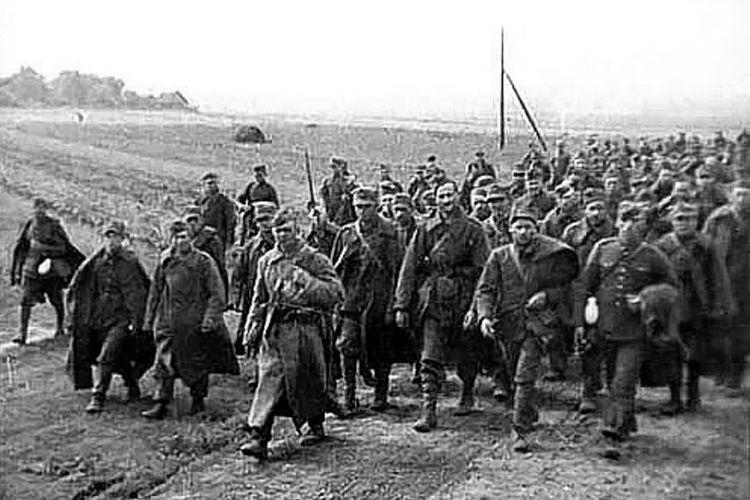 Ribuan tentara Polandia yang ditawan pasukan Uni Soviet dalam Perang Dunia II.