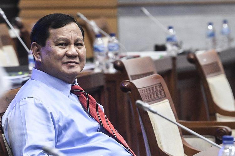 Menhan Prabowo Subianto bersiap mengikuti rapat kerja dengan Komisi I DPR di Kompleks Parlemen, Senayan, Jakarta, Rabu (2/6/2021). Rapat tersebut beragendakan pembahasan anggaran dan rencana pembelian alat utama sistem persenjataan atau alutsista yang menelan anggaran hingga Rp1.750 triliun. ANTARA FOTO/Muhammad Adimaja/NZ.