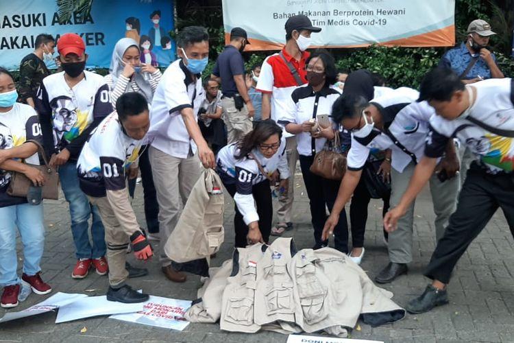 Sekitar 20 relawan Satuan Tugas Penanganan Covid-19 berkumpul di depan Hotel The Media and Towers, Jakarta Pusat, Kamis (19/11/2020). Di depan hotel yang biasa menjadi pusat aktivitas para relawan itu, mereka menggelar aksi mencopot rompi dan id card sebagai bentuk sikap mengundurkan diri sebagai relawan.