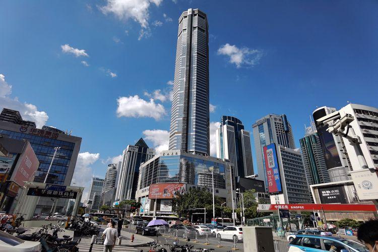 SEG Plaza setinggi 300 meter di Shenzhen, China, pada 19 Mei 2021 sehari setelah gedung pencakar langit itu tiba-tiba berguncang walau tak ada gempa bumi. Orang-orang lalu panik berlarian menyelamatkan diri.