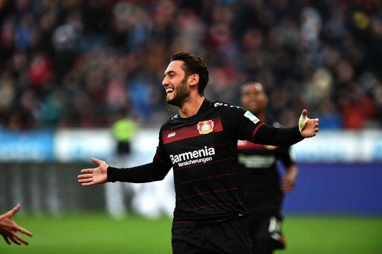 Hakan Calhanoglu merayakan gol Bayer Leverkusen ke gawang Hertha Berlin pada partai Bundesliga 1 - kasta pertama Liga Jerman - di BayArena, 22 Januari 2017.