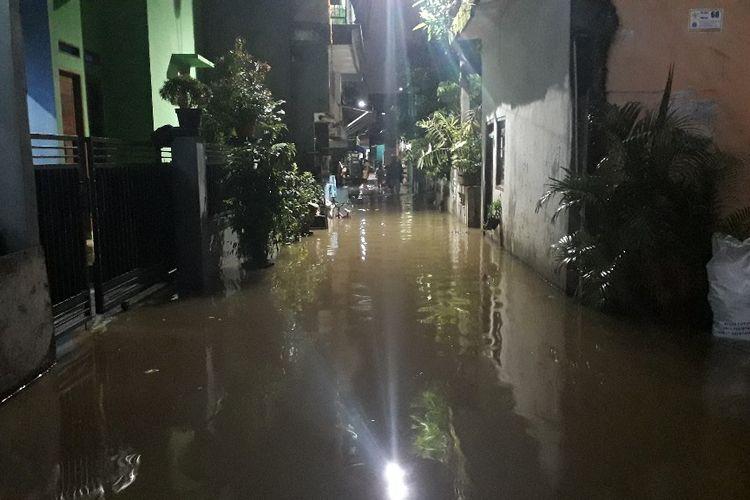 Banjir merendam kawasan permukiman di RW 004 Cipinang Melayu, Jakarta Timur, Selasa (30/4/2019).