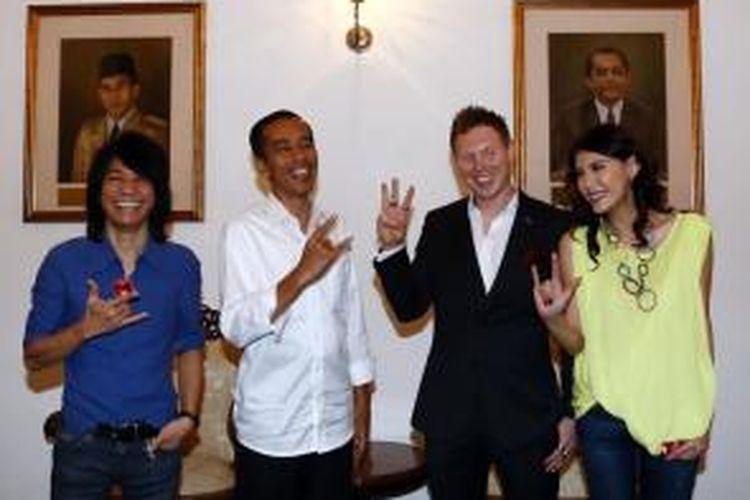 Gubernur DKI Jakarta, Joko Widodo (kedua kiri), Abdee Slank (kiri), Matt Hart (kedua kanan),Olga Lydia, berfoto bersama seusai melakukan kunjungan ke Balai Kota, Rabu (6/8/2014). Mereka menemani gitaris ban arkarna, Matt Hart untuk mengucapkan selamat kepada Jokowi yang telah terpilih sebagai presiden RI periode 2014-2019.