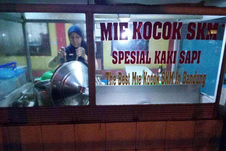Mie Kocok SKM, salah satu warung mie kocok yang harus dikunjungi saat berkunjung ke Bandung. Yang unik adalah rasa dan warna kuahnya yang agak kuning karena berbagai rempah yang menjadi andalannya.