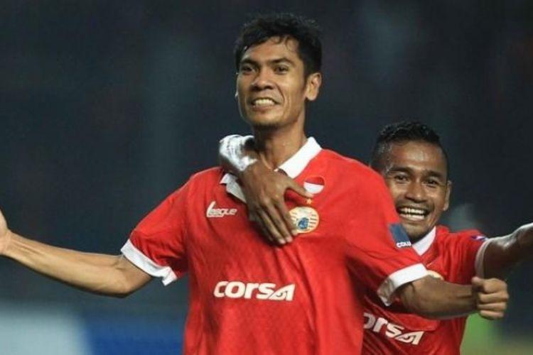Gelandang Persija, Ade Jantra, merayakan gol ke gawang PS TNI bersama Ramdani saat kedua tim berlaga Stadion Utama Gelora Bung Karno (SUGBK), Jumat (10/6/2016).