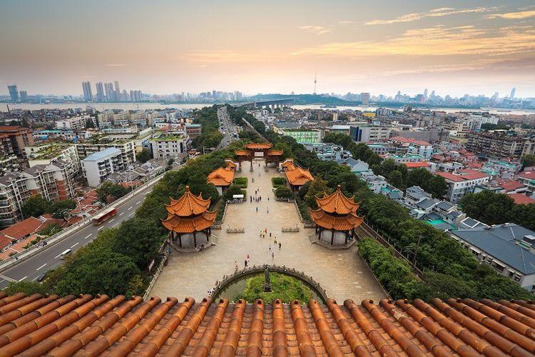 Ilustrasi Wuhan - Pemandangan sebagian Kota Wuhan dan Sungai Yangtze yang bisa dilihat dari Yellow Crane Tower, China.
