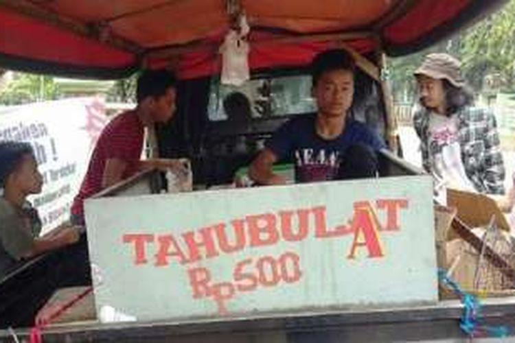 Penjual Tahu Bulat di Kecamatan Cibinong, Kabupaten Bogor.