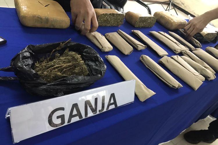 Polres Jakarta Selatan menyita barang bukti ganja seberat total 4,6 kilogram ganja dari hasil pengungkapan kasus jaringan pengedar narkotika jenis ganja di kampus swasta di bilangan Meruya, Kembangan, Jakarta.