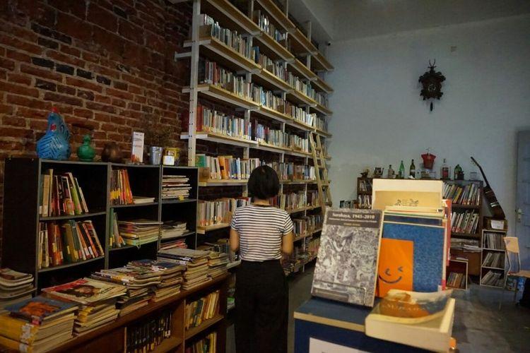 Suasana C20 Library di Surabaya yang banyak berisi buku sejarah, budaya sastra dan sosial. Perpustakaan ini didirikan Kathleen Azali sejak tahun 2008.