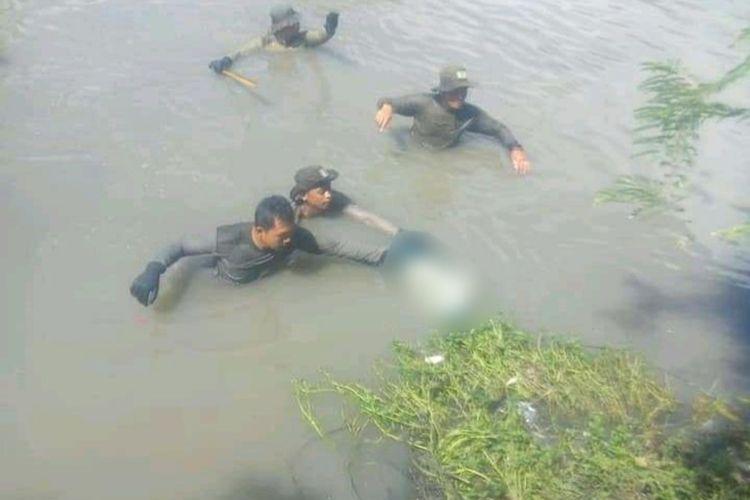 Evakuasi jenazah siswa SMPN 5 yang tenggelam di Sungai Pucang Sidoarjo, Kamis (13/2/2020).