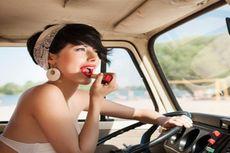 Perempuan Kecanduan 'Lip Balm', Kok Bisa?