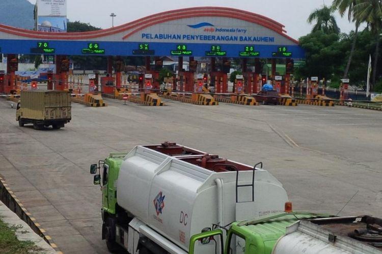 Kondisi areal loket kendaraan di Pelabuhan Bakauheni masih sepi meski memasuki H-6 lebaran, Selasa (19/5/2020). Kendaraan yang hendak menyeberang ke Pelabuhan Merak didominasi kendaraan logistik. (FOTO: Istimewa).