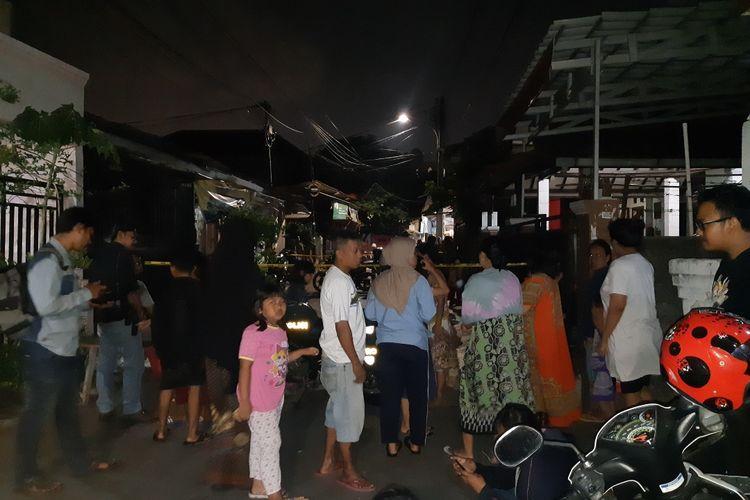 Kerumunan warga di Jalan Mawar, Kembangan, Jakarta Barat, Jumat (15/11/2019)