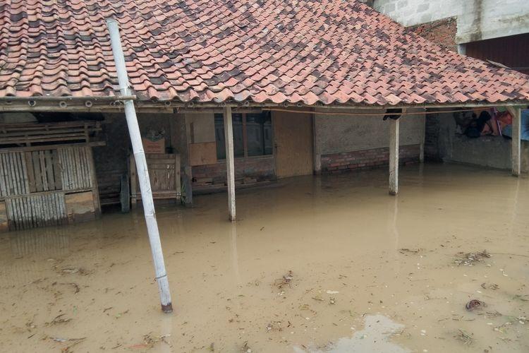 Sebuah rumah Desa Karangligar Kecamatan Telukjambe Barat, Kabupaten Karawang, Jumat (21/2/2020) dilanda banjir.