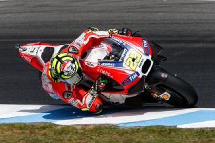 Pebalap Ducati asal Italia, Andrea Iannone, memacu motornya pada sesi latihan bebas ketiga GP Valencia di Sirkuit Ricardo Tormo, Sabtu (7/11/2015).