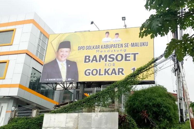 Sebuah baliho dukungan untuk pencalonan Bambang Soesatyo sebagai Calon Ketua Umum Partai Golkar terpampang di Jalan Jenderal Sudirman, Desa Batu Merah Kecamatan Sirimau, Rabu (17/7/2019)