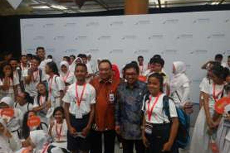 Paulus Rumangkito (kiri) bersama Ketua Dewan Komisioner OJK Muliaman D Hadad dan Direktur Utama PT Bank Tabungan Negara (Persero) Tbk Maryono di Jakarta, Senin (31/10/2016)