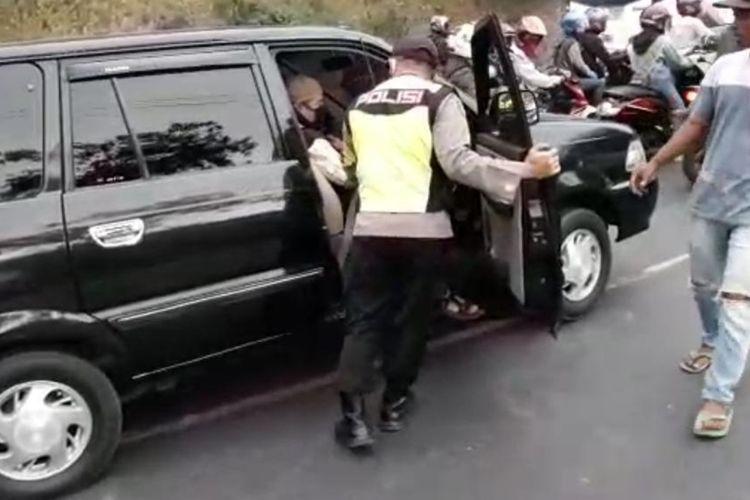 Wakapolresta Tasikmalaya Kompol Rikki Ariesetiawan, secara spontan mengambil alih kemudi kendaraan yang sopirnya kelelahan saat macet di tanjakan Gentong, Kabupaten Tasikmalaya, Minggu (2/8/2020).