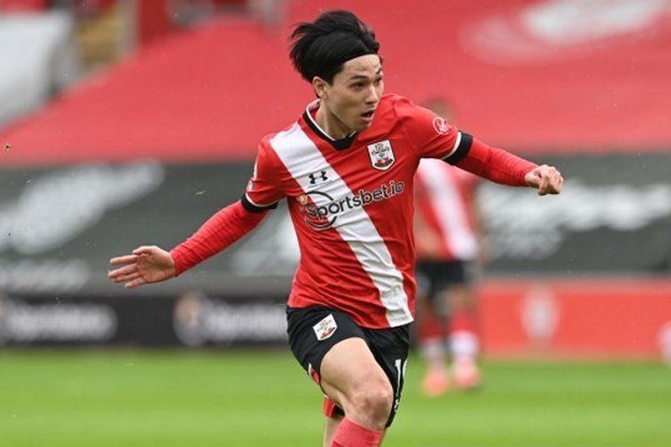 Pemain Southampton, Takumi Minamino, beraksi pada laga kontra Chelsea di Stadion St Mary's, Sabtu (20/2/2021) malam WIB.