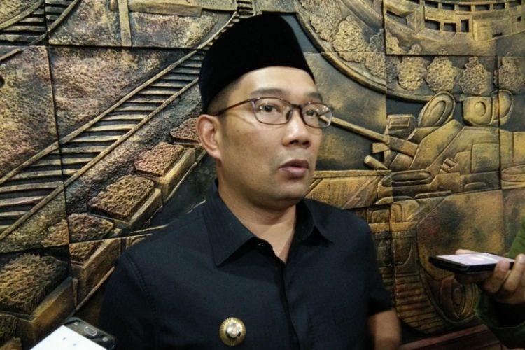 Kandidat Gubernur Jawa Barat, Ridwan Kamil saat diwawancarai wartawan usai rapat paripurna di Gedung DPRD Kota Bandung, Jalan Sukabumi, Jumat (17/11/2017).