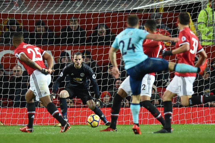Penjaga gawang Manchester United, David de Gea (tengah), mengantisipasi bola tendangan pemain Bournemouth dalam pertandingan Premier League di Old Trafford, Manchester, Rabu (13/12/2017).