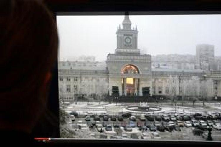 Seorang pria menyaksikan rekaman detik-detik ledakan bom setara 10 kilogram TNT oleh perempuan pelaku bom bunuh diri, Minggu (29/12/2013), yang menewaskan 16 orang dan melukai 45 orang di stasiun kota Volgograd, Rusia.