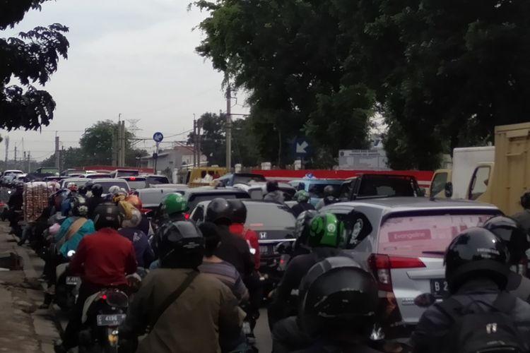 Kemacetan di titik jalur putaran Poltangan, Pasar Minggu, Jakata Selatan yang ditutup, Kamis (30/1/2020)