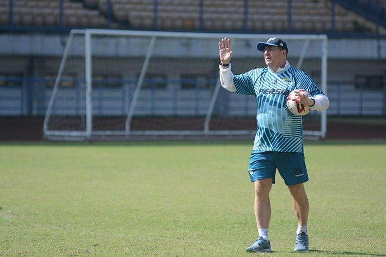 Pelatih Persib Bandung, Robert Rene Alberts, memberikan instruksi kepada para pemainnya dalam sesi latihan di Stadion GBLA, Kota Bandung, Senin (21/6/2021).