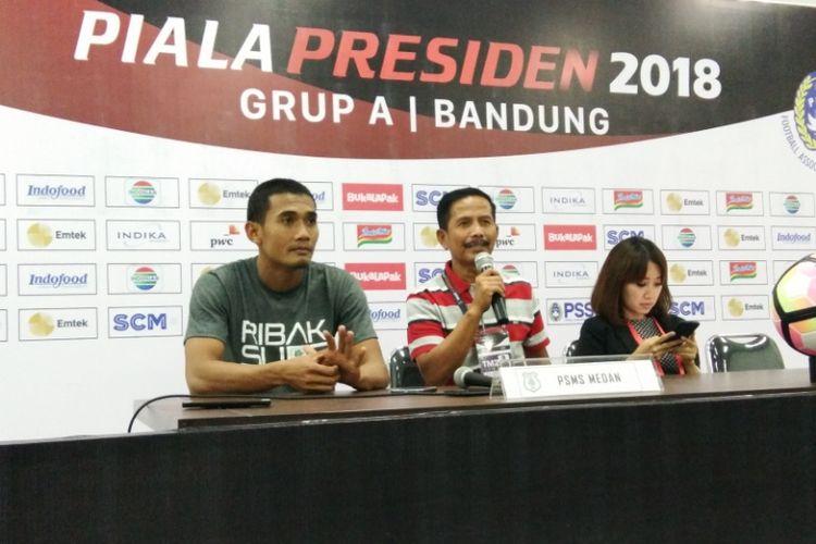 Pelatih PSMS Medan Djadjang Nurdjaman bersama kapten tim Legimin Raharjo saat konferensi pers usai laga kontra Persib di Stadion Gelora Bandung Lautan Api (GBLA), Minggu (21/1/2018) malam.