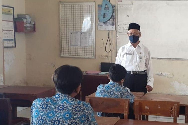 Sejumlah siswa SMP 17, Kota Tegal, Jawa Tengah mengikuti pembelajaran tatap muka perdana, Rabu (1/8/2021)