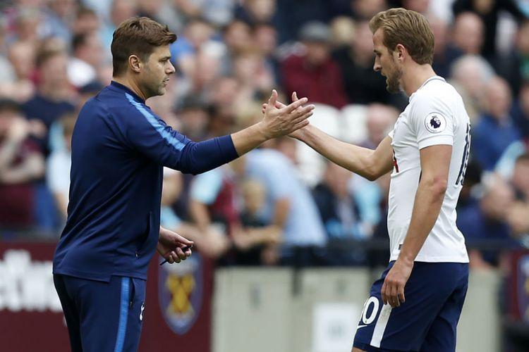 Pelatih Tottenham Hotspur, Mauricio Pochettino, menyelamati striker Harry Kane yang mencetak dua gol ke gawang West Ham United pada pertandingan Premier League di Stadion London, Sabtu (23/9/2017).