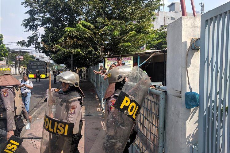 warga berikan minuman bagi petugas yang amankan kerusuhan di Ks. Tubun