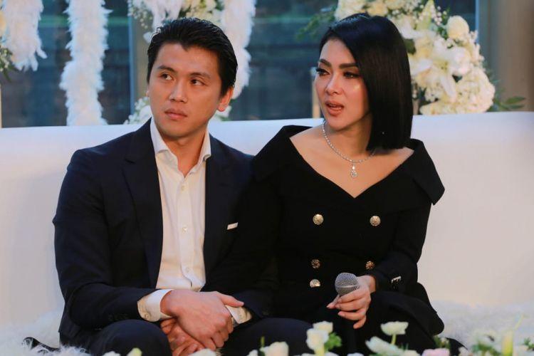 Penyanyi Syahrini bersama suaminya, pengusaha Reino Barack dalam jumpa pers di Penthouse Grand Hyatt Hotel, Tanah Abang, Jakarta Pusat, Minggu (10/3/2019).
