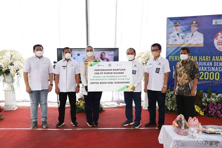 Penyerahan secara simbolis bantuan dari Pupuk Kujang di RSUD Karawang, Jumat (23/7/2021).