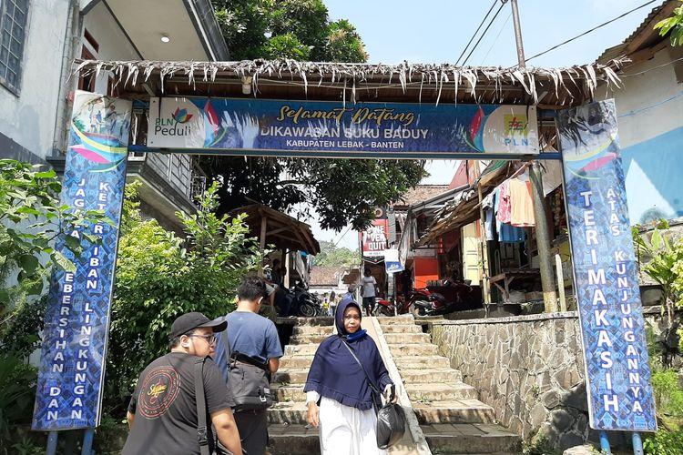 Sejumlah pengunjung datang ke Kawasan Adat Baduy, Sabtu (11/7/2020)