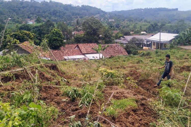 Sisa material tanah longsor nyaris menimbun rumah di Kampung Ciseureuh, Desa Bojongkerta, Kecamatan Warungkiara, Sukabumi, Jawa Barat, Jumat (7/2/2020).