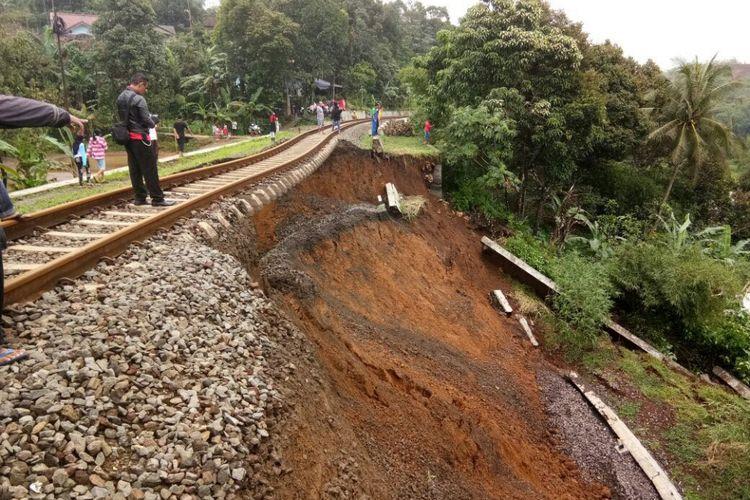 Rel kereta api Bogor-Sukabumi menggantung karena pondasi longsor di Desa Warung Menteng, Kecamatan Cijeruk, Kabupaten Bogor.