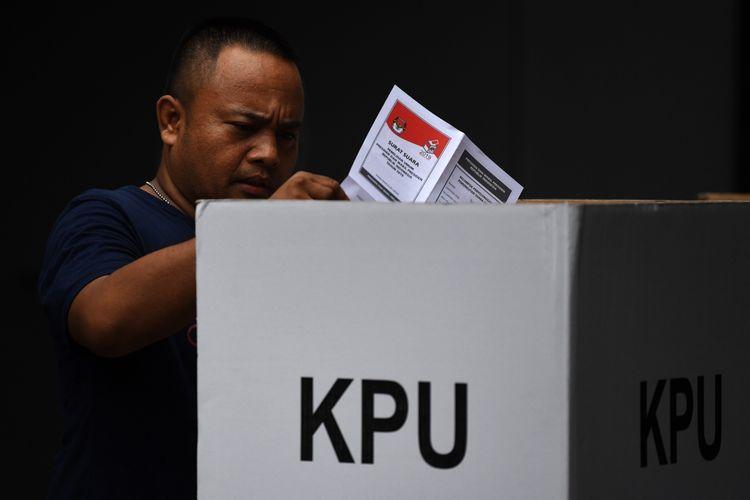 Warga menggunakan hak politiknya ketika mengikuti Pemungutan Suara Ulang (PSU) Pemilu 2019 di TPS 02, Pasar Baru, Jakarta, Sabtu (27/4/2019). Sebanyak 11 TPS di DKI Jakarta melaksanakan pemungutan suara ulang.