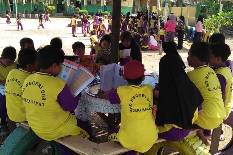Lebih dari 100 orang tua siswa, para pendidik SDN 008 Muara Kaman, Kalimantan Timur bergotong-royong membangun dua pondok baca, taman dan pagar sekolah menyambut HUT RI ke-74 (17/8/2019).  di sekolah tersebut