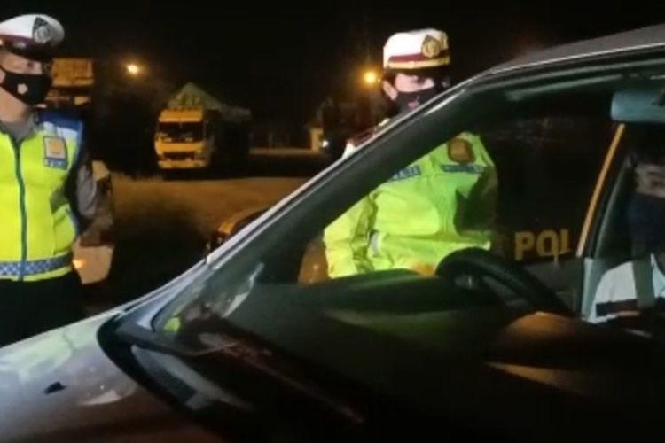 Petugas Satlantas Polres Brebes menghentikan kendaraan diduga travel gelap yang membawa pemudik di Jalur Pantura Kecipir Kecamatan Losari, Kabupaten Brebes, Senin (3/5/2021) malam (Dok. Polres Brebes)
