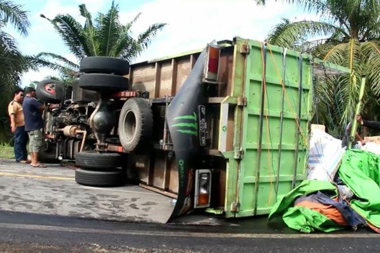 Truk Ekspedisi Bermuatan Puluhan Ton Terguling dan Palang Jalan Trans Sulawesi