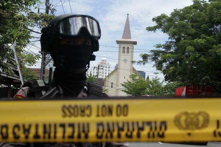 Anggota polisi berjada di ruas jalan menuju Gereja Katedral Makassar yang menjadi lokasi ledakan bom di Makassar, Sulawesi Selatan, Minggu (28/3/2021). Kapolda Sulawesi Selatan Irjen Pol Merdisyam mengatakan ledakan bom di gereja tersebut mengakibatkan satu korban tewas yang diduga pelaku bom bunuh diri serta melukai sembilan orang jemaat dan petugas gereja. ANTARA FOTO/Arnas Padda/yu/foc.