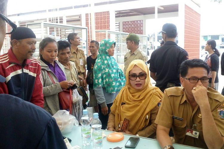 Para pedagang kaki lima (PKL) mengikuti pengundian kios lokasi binaan (lokbin) yang terletak di Jalan Cengkeh, Pinangsia, Tamansari, Jakarta Barat, Senin (25/9/2017).
