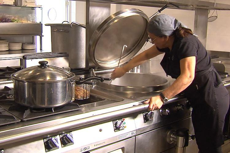 Seorang koki memasak di dapur markas latihan klub Liga Spanyol, Villarreal CF.