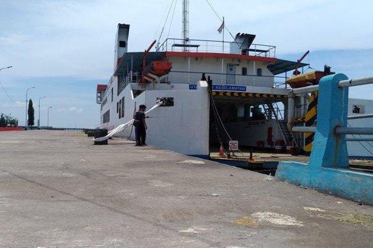KMP Kalibodri sedang bersandar di Pelabuhan Kendal.