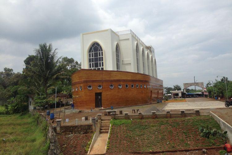 Masjid kapal di Semarang, Jawa Tengah. Masjid ini unik karena Arsitektur bangunan menyerupai kapal. Foto diambil pada Jumat (26/1/2018)