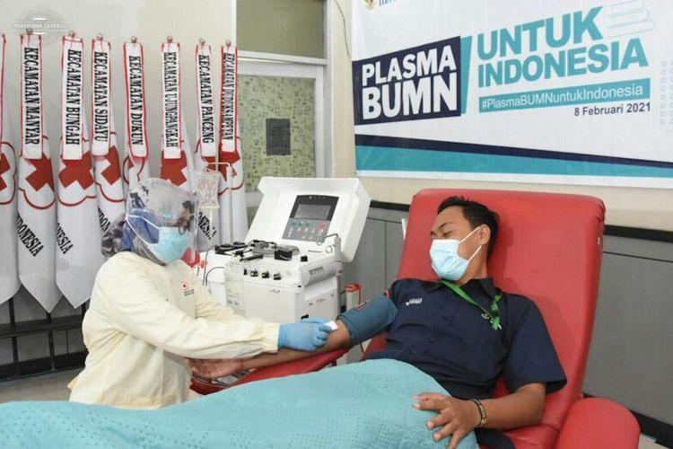 Salah seorang penyitas Covid-19 saat mendonorkan plasma konvalesen miliknya di acara yang digagas PT Petrokimia Gresik, Senin (8/2/2021).